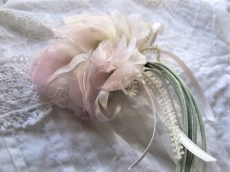 ほんのり桜色のスイトピー・コサージュの画像