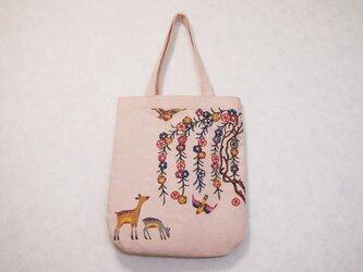 【送料無料】桜色の手染め紅型(びんがた)の手さげかばん/枝垂れ桜と親子鹿の画像