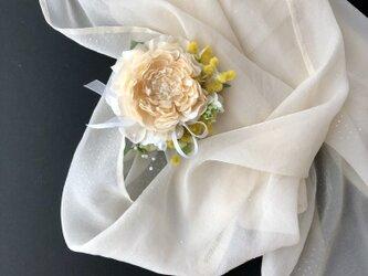 ラナンキュラスとミモザのコサージュ&ヘアーアクセサリー サーモンピンクの画像