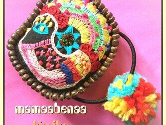 刺繍 ビーズの 花と鳥モチーフヘアゴム 髪留め ポンポンの画像