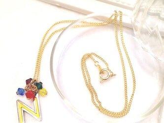 イニシャル「N/黄」ネックレス (シリーズ【紫・黄・青・赤・緑】 5色カラー)の画像