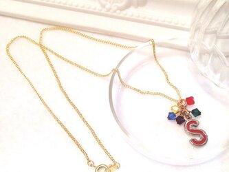 イニシャル「S/赤」ネックレス (シリーズ【紫・黄・青・赤・緑】 5色カラー)の画像