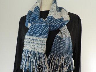 シンプルでおしゃれな手織りマフラー 便利なポケット付き 紺×白の画像