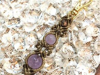 天然石のマクラメ編みキーホルダー/長い花瓶(ライトブラウン系×ラベンダーアメジスト)の画像