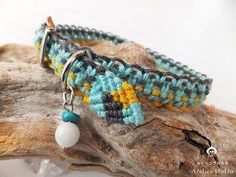 《お守り首輪》小型犬または成猫用の手編みヘンプの首輪(ハウライトのチャーム付)31cmの画像