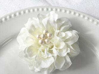 ダリアとパールの2wayコサージュ(ホワイト×ミルキーホワイト)の画像