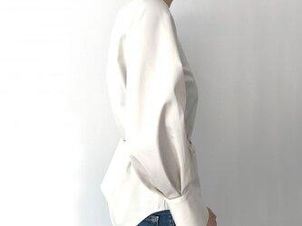 ボリューム袖のロングカフスブラウス【サイズ展開有】の画像