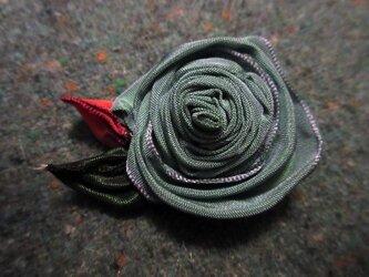 巻バラのブローチの画像