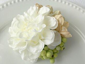 ホワイトダリアとグリーンベリーのコサージュの画像