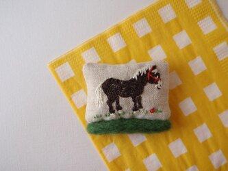 いねむり馬のブローチの画像