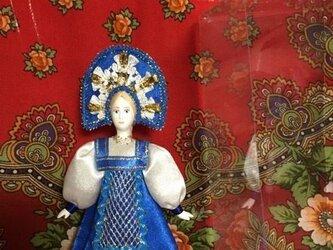 民族衣装を着た女の子のロシア人形(小)2の画像