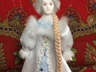 民族衣装を着た女の子のロシア人形(小)4の画像