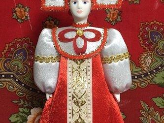 民族衣装を着た女の子のロシア人形(中)1の画像