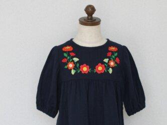 size100㎝刺繍チュニックワンピース ネイビー赤い花の刺繍 の画像