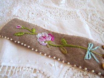 カシミヤ&シルク素材 バラの刺繍あしらい幅広ブレスレットの画像