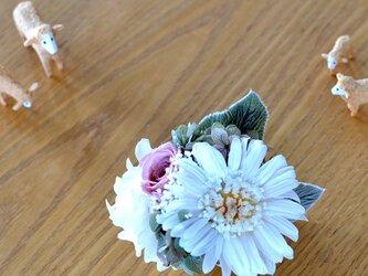 【ホワイトモーブ】 プリザーブドフラワー コサージュ ガーベラ 結婚式 発表会 卒業式 入学式 ヘッドドレス 七五三の画像