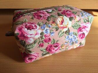 ピンク系バラ柄キャラメルポーチの画像
