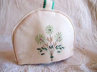 花の刺繍入り 白いウールのティーコゼー(ポットカバー)の画像