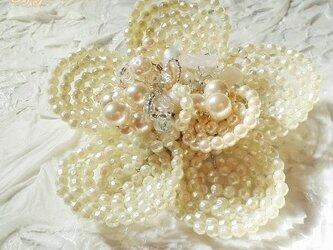 お花のコサージュ・ブローチ(パールC)の画像