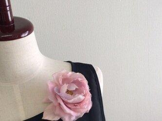 布花 可憐な花のコサージュの画像