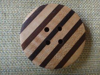 木のストライプボタン 47㎜の画像