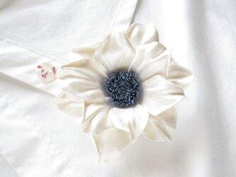 革のコサージュ アネモネ(アイボリー+ラベンダー)の画像