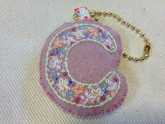 刺繍イニシャルチャーム(C)の画像
