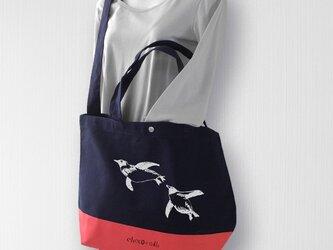 帆布バイカラートート 泳ぐペンギン 紺×赤の画像