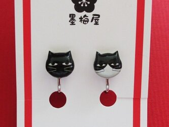 猫のイヤリング~黒とハチワレの画像