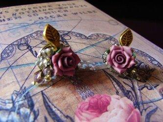 薔薇とスワロフスキーのつぼみの花束ピアスの画像