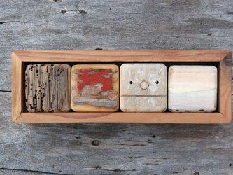 「ロボ頭」入り流木で作った積み木(小箱)003の画像