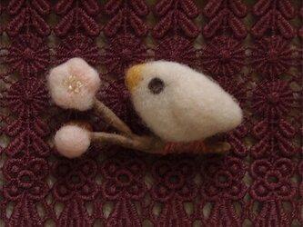 羊毛ブローチ「淡紅梅と白い鳥」の画像