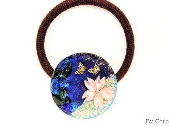 深海に咲く桜とともに舞う蝶のヘアゴムの画像