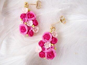 バラのドロップ型ピアス(ピンク&ゴールド)の画像