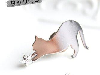 【送料無料】お星様キャッチ猫タックピン/ラペルピン(※金色か銀色をお選びください)の画像