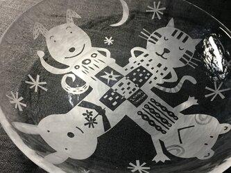 ガラスの浅鉢     4匹の仲良しの画像