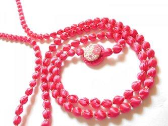マゼンタピンクの布玉ネックレス(金糸)の画像