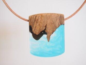 木とエポキシレジンのネックレスの画像