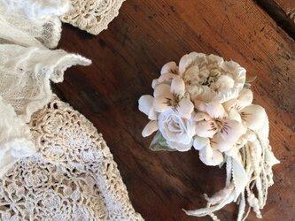 布花コサージュ アイボリーのミニ薔薇とすみれの花束の画像