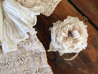 布花コサージュ コットンオーガンジーのガーデンローズの画像