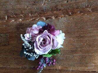 薔薇と小花のコサージュの画像
