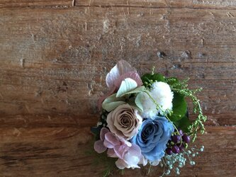 小さな薔薇と小花のコサージュの画像