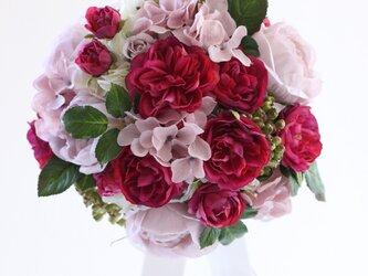 ピンクのバラのラウンドブーケ ブートニア付きの画像