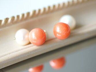 染め桃色珊瑚と真珠キャッチのスタッドピアス ~Tereの画像