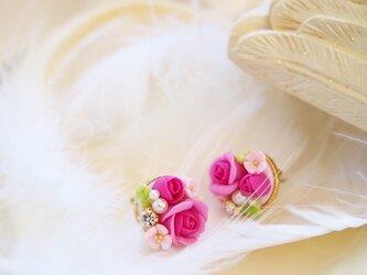 ピンクのバラのピアスの画像