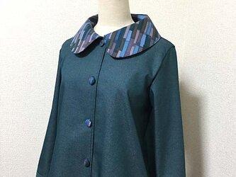 襟にモザイク柄の単コートの画像