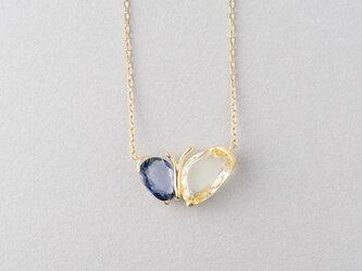 イエローとブルーのサファイヤ ちょうちょのネックレスの画像