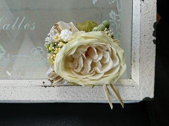 ホワイトラナンのコサージュの画像