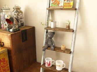 アンティーク加工の木製ラダーの画像