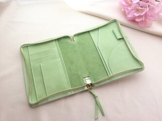 春色淡い緑色の手帳ケース文庫本サイズの画像
